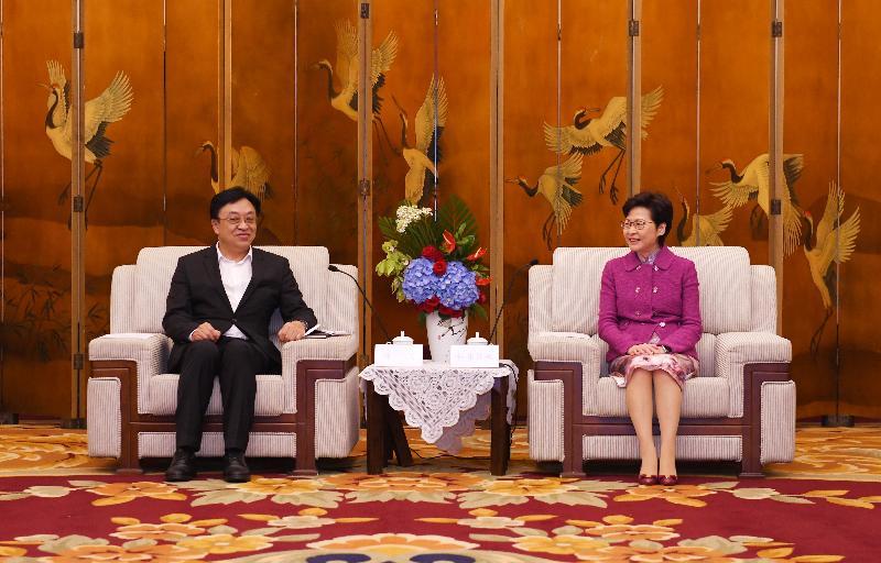 行政長官林鄭月娥(右)今日(九月二十三日)在成都與海南省省長馮飛(左)會面。
