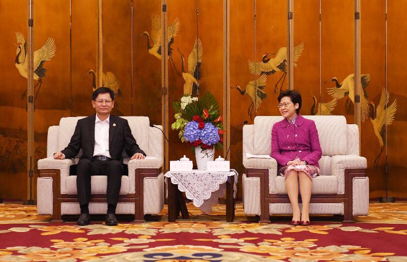 行政長官林鄭月娥(右)今日(九月二十三日)在成都與廣西壯族自治區主席藍天立(左)會面。