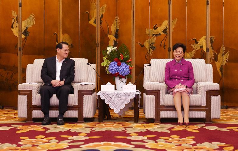 行政長官林鄭月娥(右)今日(九月二十三日)在成都與江西省省長易煉紅(左)會面。