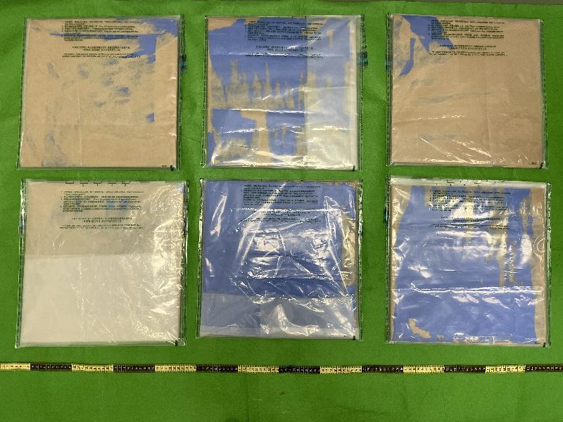 香港海關昨日(九月二十四日)拘捕三名年齡介乎二十六至二十八歲的男子,他們涉嫌與四宗利用空運貨物渠道販運毒品的案件有關。在四宗案件中,香港海關於青衣和香港國際機場檢獲共約八點八公斤懷疑冰毒及約三點七公斤懷疑氯胺酮,估計市值約八百萬元。圖示用作收藏懷疑氯胺酮的紙皮箱夾層。