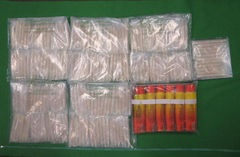 香港海關昨日(九月二十四日)拘捕三名年齡介乎二十六至二十八歲的男子,他們涉嫌與四宗利用空運貨物渠道販運毒品的案件有關。在四宗案件中,香港海關於青衣和香港國際機場檢獲共約八點八公斤懷疑冰毒及約三點七公斤懷疑氯胺酮,估計市值約八百萬元。圖示部分檢獲的懷疑冰毒及部分用作收藏毒品的瓶裝乳液。