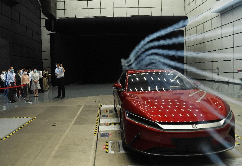 行政長官林鄭月娥(前排左二)今日(九月二十五日)在重慶市常務副市長王賦(前排左一)陪同下,於重慶考察中國汽車工程研究院。
