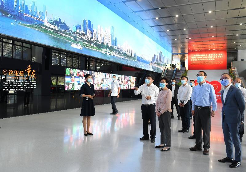 行政長官林鄭月娥(左四)今日(九月二十五日)在重慶市常務副市長王賦(右三)和政制及內地事務局局長曾國衞(右二)陪同下,於重慶到訪重慶市規劃展覽館。