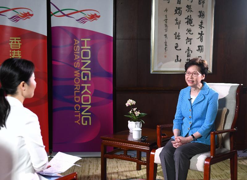 行政長官林鄭月娥(右)今日(九月二十五日)在重慶接受當地媒體訪問。