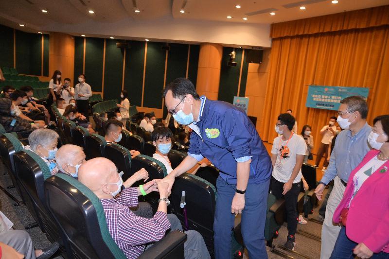 東區和馬鞍山居民今日(九月二十六日)分別參與新冠疫苗接種活動。圖示公務員事務局局長聶德權與在香港中央圖書館參與東區長者疫苗接種日健康講座的長者交談。
