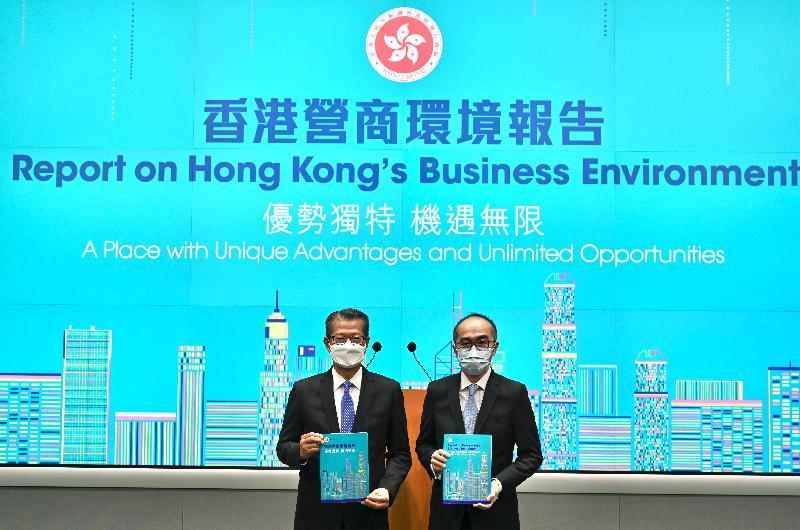 財政司司長陳茂波(左)今日(九月二十七日)在副政府經濟顧問梁永勝(右)陪同下就發布《香港營商環境報告:優勢獨特 機遇無限》於添馬政府總部會見傳媒。