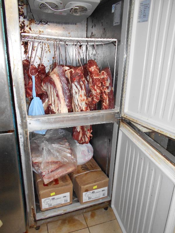 食物環境衞生署今日(九月二十八日)採取突擊行動,在將軍澳彩明商場打擊懷疑以冷藏肉充當新鮮肉出售的持牌新鮮糧食店。圖示行動中檢獲的懷疑冷藏肉。