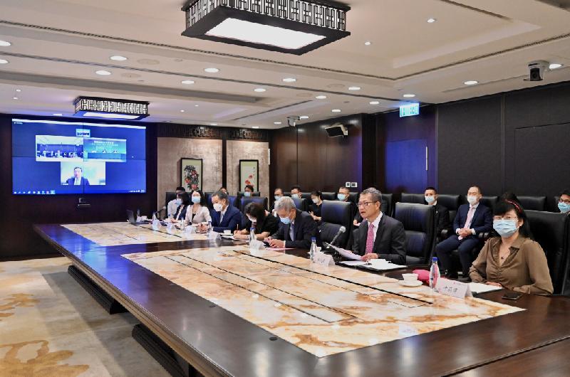 財政司司長陳茂波今日(九月二十九日)出席粵港金融合作研討會,與領導、專家和業界領袖探討如何深化粵港金融合作。圖示陳茂波(前排右二)在會上發言。