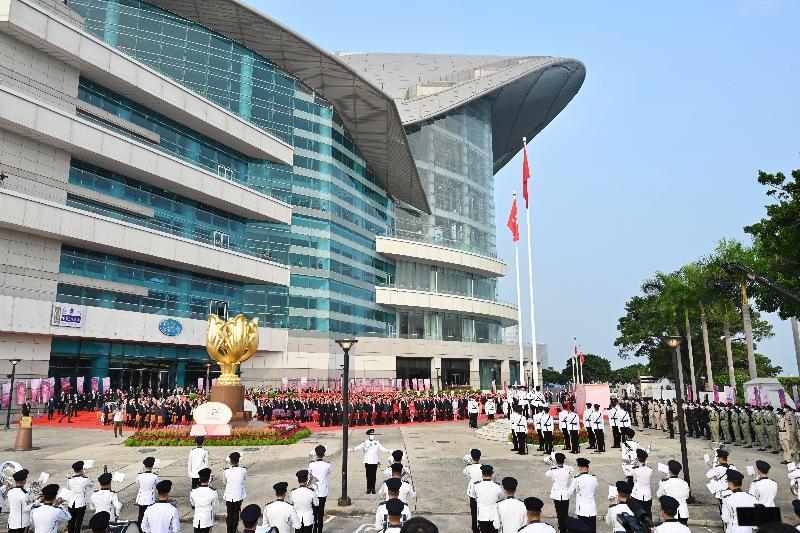 行政長官林鄭月娥與主要官員及嘉賓今早(十月一日)在灣仔金紫荊廣場出席慶祝中華人民共和國成立七十二周年升旗儀式。