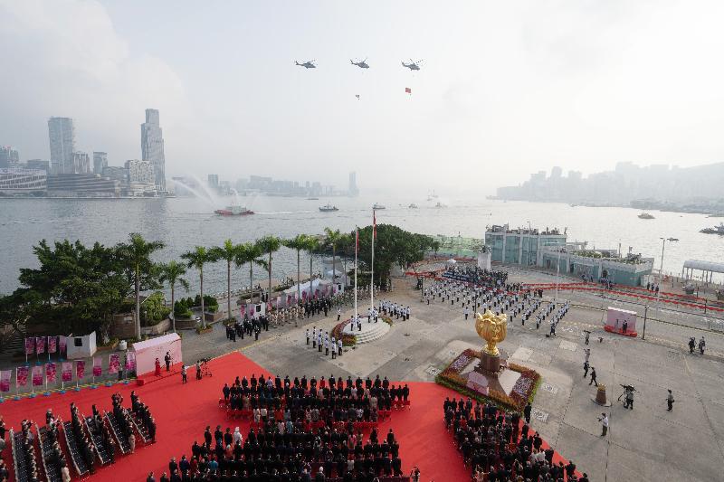 今早(十月一日)在灣仔金紫荊廣場舉行的慶祝中華人民共和國成立七十二周年升旗儀式上,紀律部隊和飛行服務隊在海上和空中敬禮。