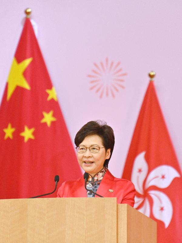 行政長官林鄭月娥和主要官員及嘉賓今早(十月一日)在香港會議展覽中心出席慶祝中華人民共和國成立七十二周年酒會。圖示林鄭月娥在酒會致辭。