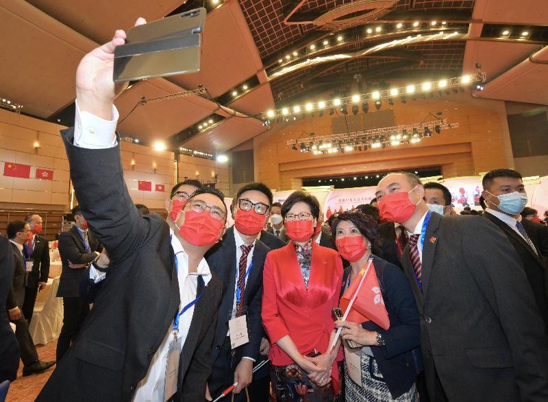 行政長官林鄭月娥今早(十月一日)在香港會議展覽中心大會堂出席慶祝中華人民共和國成立七十二周年酒會。圖示林鄭月娥(右三)在酒會與嘉賓合照。