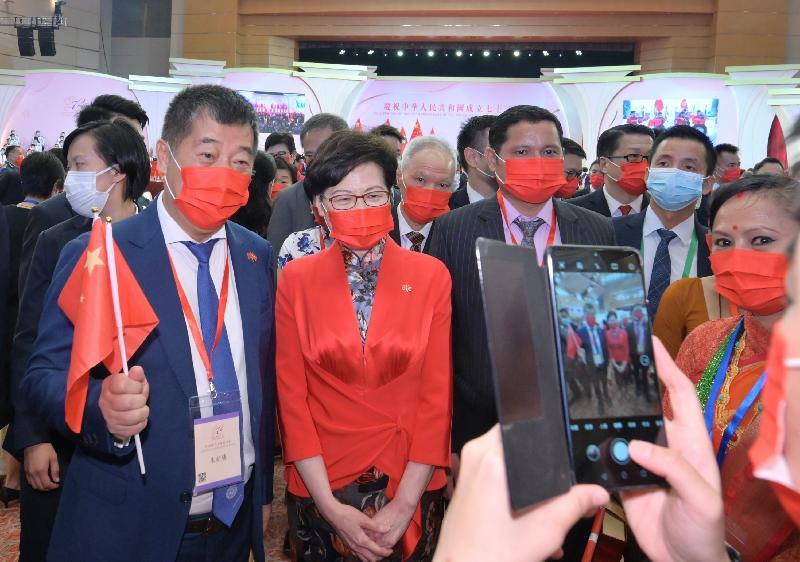 行政長官林鄭月娥今早(十月一日)在香港會議展覽中心大會堂出席慶祝中華人民共和國成立七十二周年酒會。圖示林鄭月娥(左二)在酒會與嘉賓合照。