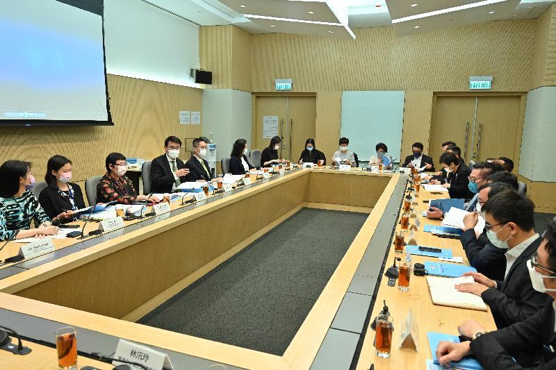 商務及經濟發展局局長邱騰華(左四)今日(十月六日)與本地主要商會代表會面,介紹《行政長官2021施政報告》中與商貿有關的措施。