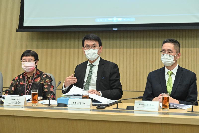 商務及經濟發展局局長邱騰華(中)今日(十月六日)與本地主要商會代表會面,介紹《行政長官2021施政報告》中與商貿有關的措施。