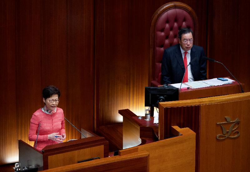 行政長官林鄭月娥(左)今日(十月七日)在立法會出席《行政長官2021年施政報告》答問會。