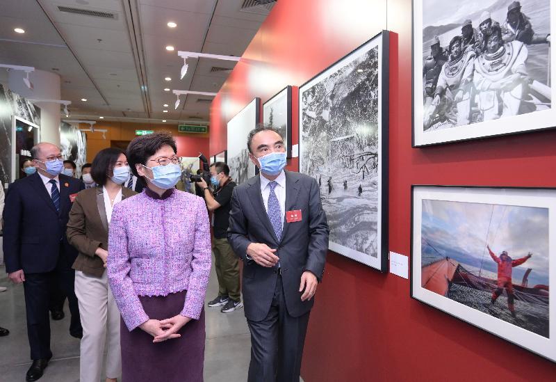 行政長官林鄭月娥今日(十月八日)出席光影記憶 百年風華──《國家相冊》大型圖片典藏展開幕式。圖示林鄭月娥(右二)參觀展覽。