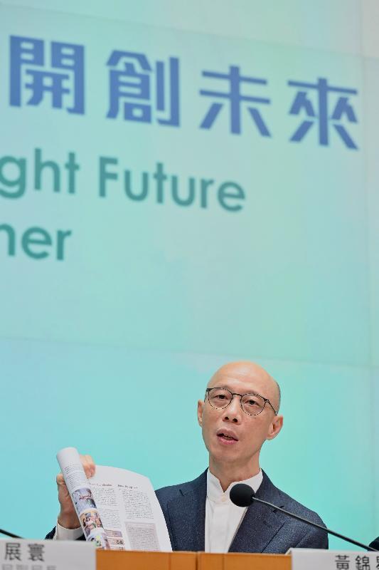 環境局局長黃錦星今日(十月八日)在《行政長官2021年施政報告》相關措施記者會闡述《香港氣候行動藍圖2050》與環保政策範疇措施。