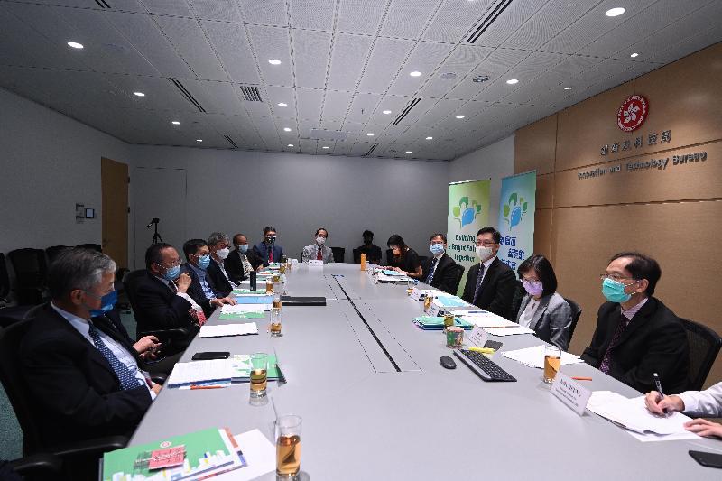 創新及科技局局長薛永恒(右三)今日(十月十一日)與香港工程科學院代表會面,繼續就《行政長官2021年施政報告》中推動創科發展的措施向業界解說。旁為創新及科技局副局長鍾偉强博士(右四)和創新科技署署長潘婷婷(右二)。