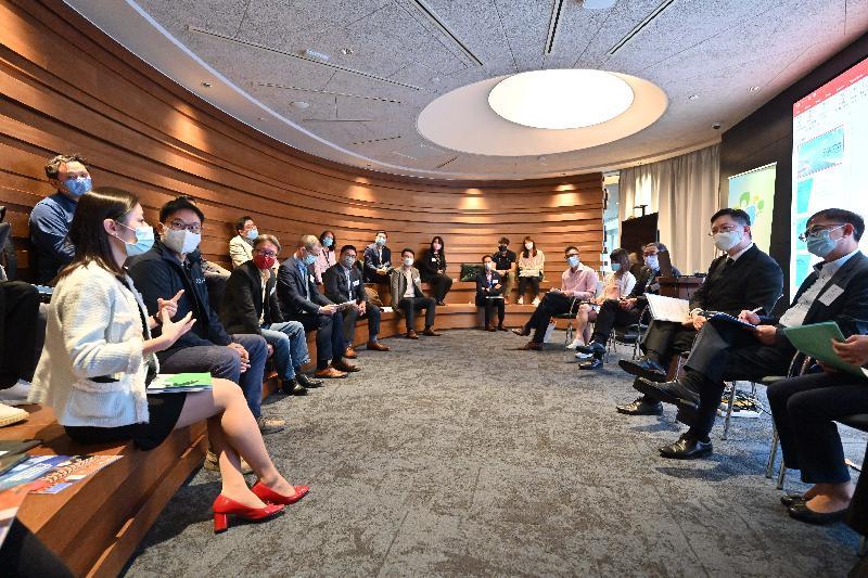 創新及科技局局長薛永恒(右二)今日(十月十二日)到香港科學園,就《行政長官2021年施政報告》中推動創科發展的措施與初創企業會面交流,聽取意見。旁為創新及科技局副局長鍾偉强博士(右一)。