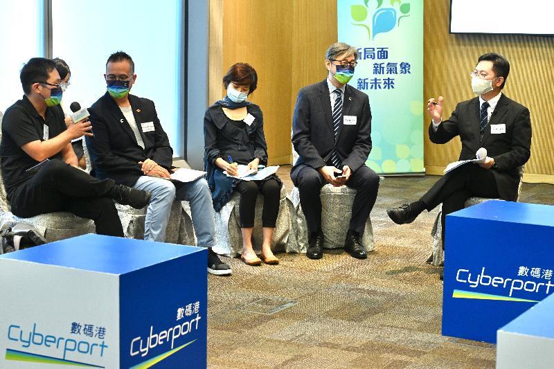 創新及科技局局長薛永恒(右一)今日(十月十二日)下午到數碼港,就《行政長官2021年施政報告》中推動創科發展的措施與初創企業會面交流,聽取意見。