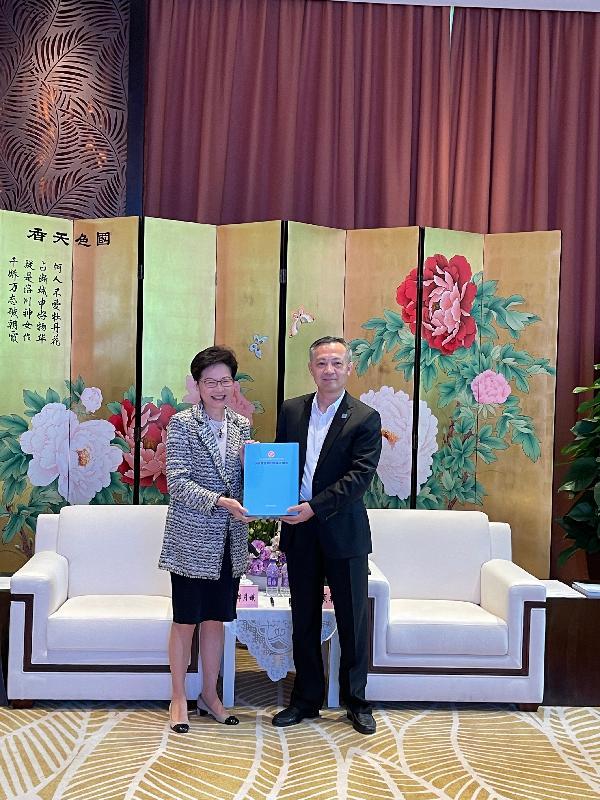 行政長官林鄭月娥(左)今日(十月十四日)在廣州與廣州市委書記張碩輔會面。圖示林鄭月娥送予張碩輔她上星期發表的《2021年施政報告》。