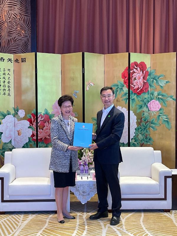 行政長官林鄭月娥(左)今日(十月十四日)送予廣州市市長温國輝她上星期發表的《2021年施政報告》。